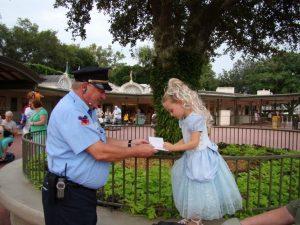 プリンセス(ドレスアップしたゲスト)にサインを求める警備員